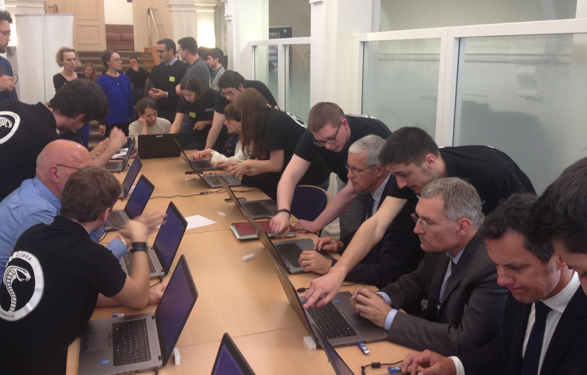 Les-senateurs-socialistes-suivent-une-initiation-au-code-informatique-le-mercredi-27-avril