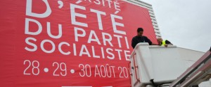 Workers install a banner on August 27, 2015 in La Rochelle announcing the L'Université d'été du Parti Socialiste (Socialist Party Summer University) political meeting from August 28 to 30. AFP PHOTO / XAVIER LEOTY / AFP PHOTO / XAVIER LEOTY